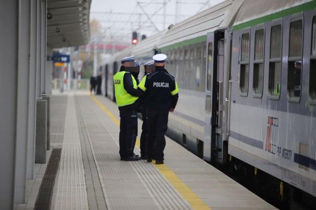 Duża awantura w pociągu z Kutna do Poznania. Pobili 17-latka - Zdjęcie główne