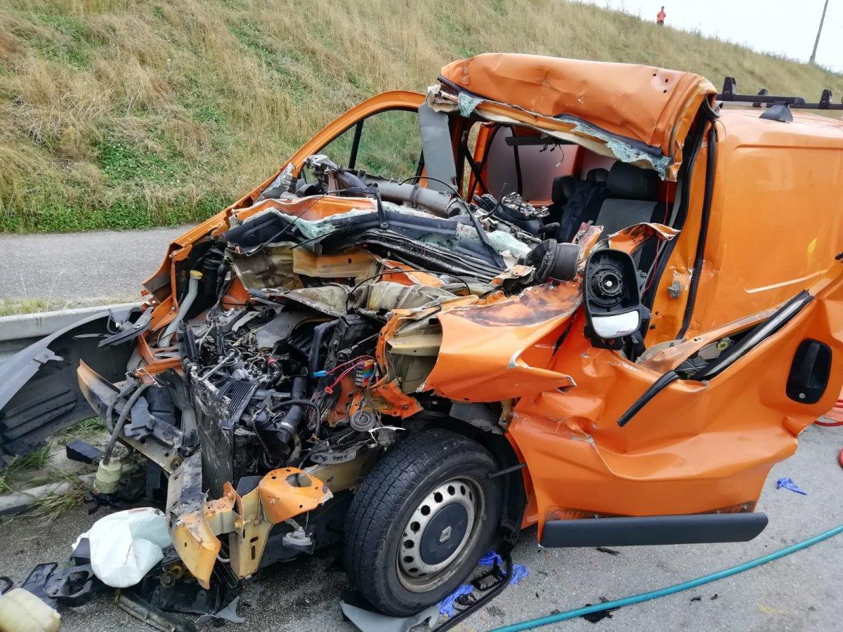 Ciężarówka wepchnęła go pod naczepę kolejnej ciężarówki! Wypadek na A1, kierowca cudem uniknął śmierci [ZDJĘCIA] - Zdjęcie główne