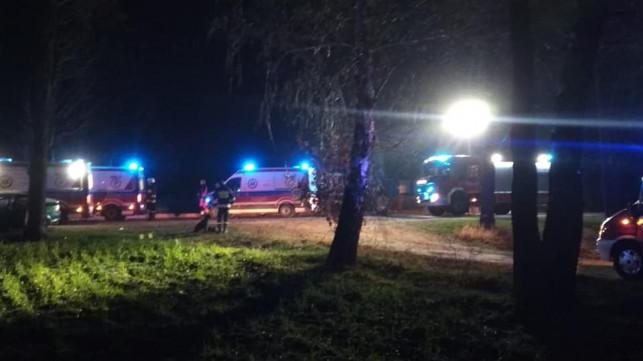 [ZDJĘCIA] Uderzył oplem w drzewo. Aż 4 osoby w szpitalu! - Zdjęcie główne