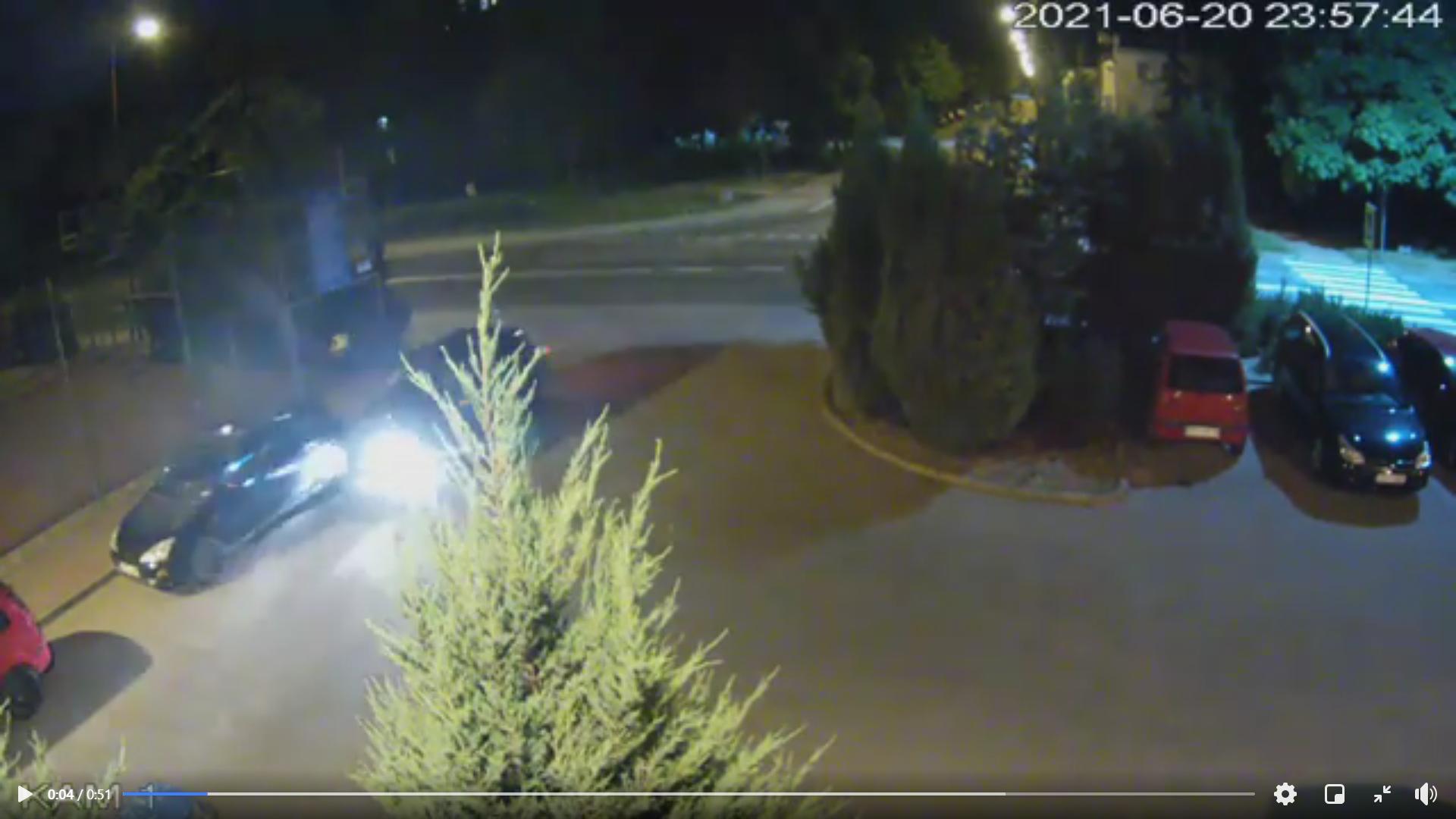 Uderzył z impetem w zaparkowane auto i uciekł z miejsca zdarzenia. Jest nagranie [WIDEO] - Zdjęcie główne