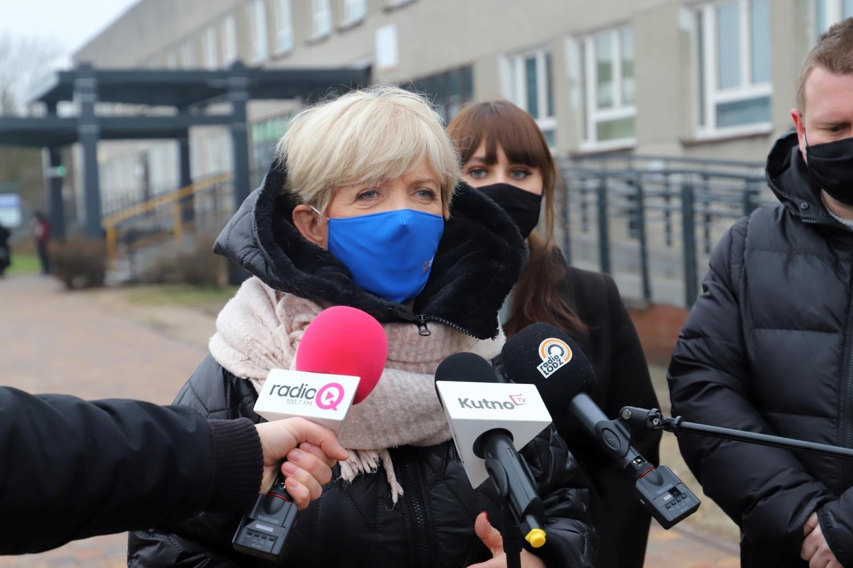 [FOTO] Koalicja Obywatelska pod szpitalem. Posłanka nie zostawia suchej nitki na systemie szczepień - Zdjęcie główne