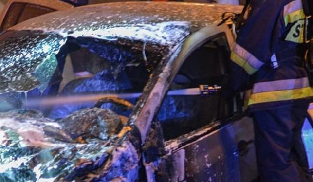 Spłonął samochód, jedna osoba w szpitalu - Zdjęcie główne