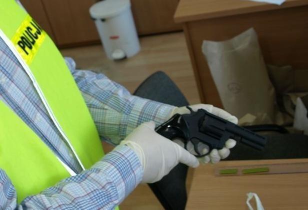 Chwile grozy na przystanku! Strzelał z ostrej amunicji, gdy zatrzymała go policja okazało się, że... - Zdjęcie główne