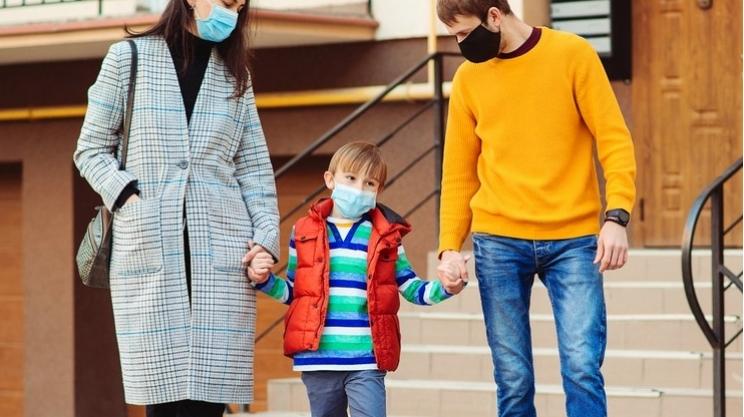 Rodzice wciąż mogą starać się o dodatkowy zasiłek. ZUS podaje szczegóły - Zdjęcie główne