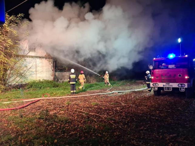 [ZDJĘCIA] Nocny pożar budynku pod Żychlinem. Prawdopodobnie to podpalenie - Zdjęcie główne