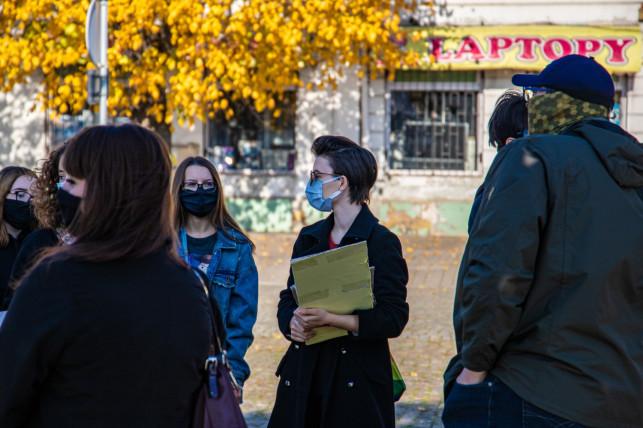 [WIDEO/ZDJĘCIA] Protest w Kutnie ws. aborcji. Plakaty na szyldach posłów, wieszak na pomniku papieża - Zdjęcie główne