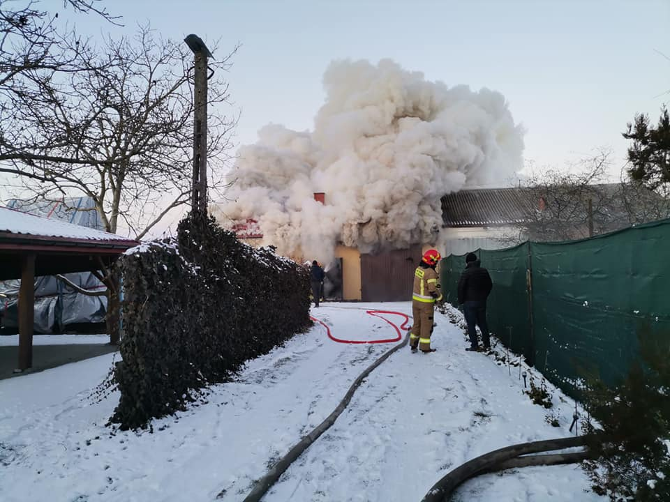 [FOTO] Duży pożar pod Kutnem. Akcję gaśniczą utrudniał mróz - Zdjęcie główne