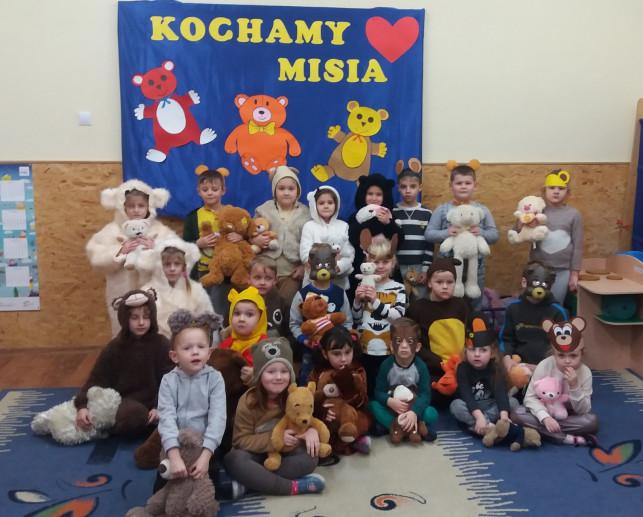 Dzieciaki kochają pluszaki - Zdjęcie główne