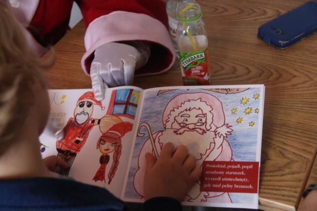 Dziwny Mikołaj spotkał się z dziećmi - Zdjęcie główne