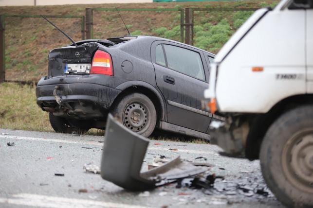 [ZDJĘCIA] Zderzenie trzech aut na obwodnicy, jedno wpadło do rowu. Są utrudnienia w ruchu - Zdjęcie główne