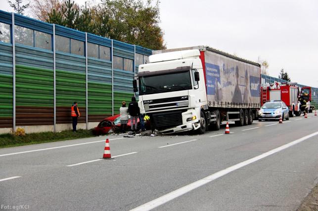 [AKTUALIZACJA] Zderzenie z ciężarówką pod wiaduktem! - Zdjęcie główne