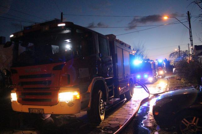 [ZDJĘCIA] Pożar w Kutnie! Kilka zastępów walczy z żywiołem - Zdjęcie główne