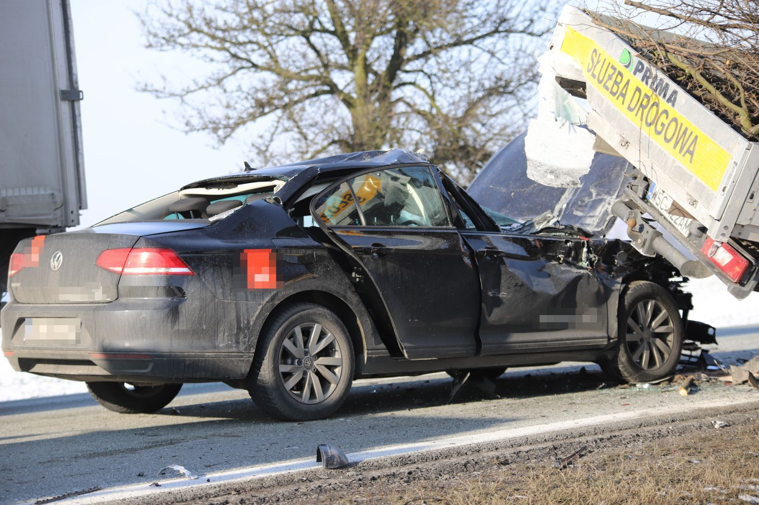 [ZDJĘCIA] Potrącenie dwóch pieszych i rozbite samochody na drodze krajowej pod Kutnem - Zdjęcie główne