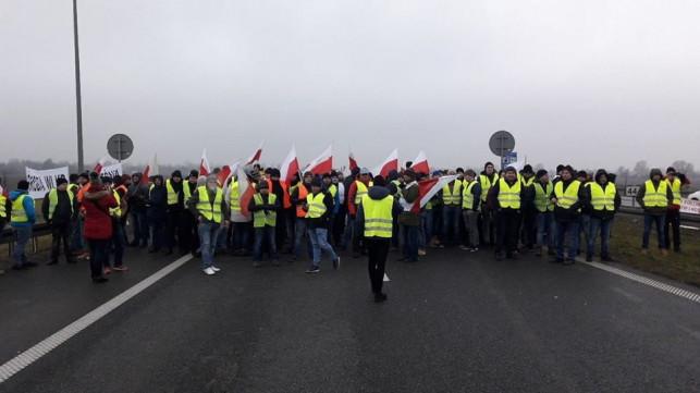 Uwaga kierowcy! Rolnicy blokują autostradę, gigantyczny korek - Zdjęcie główne