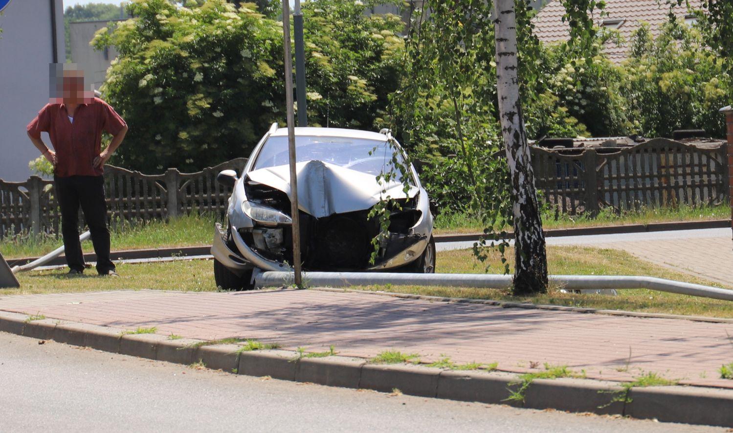 Zniszczony samochód i ścięta latarnia. Kolejne zdarzenie na kutnowskich ulicach [ZDJĘCIA] - Zdjęcie główne