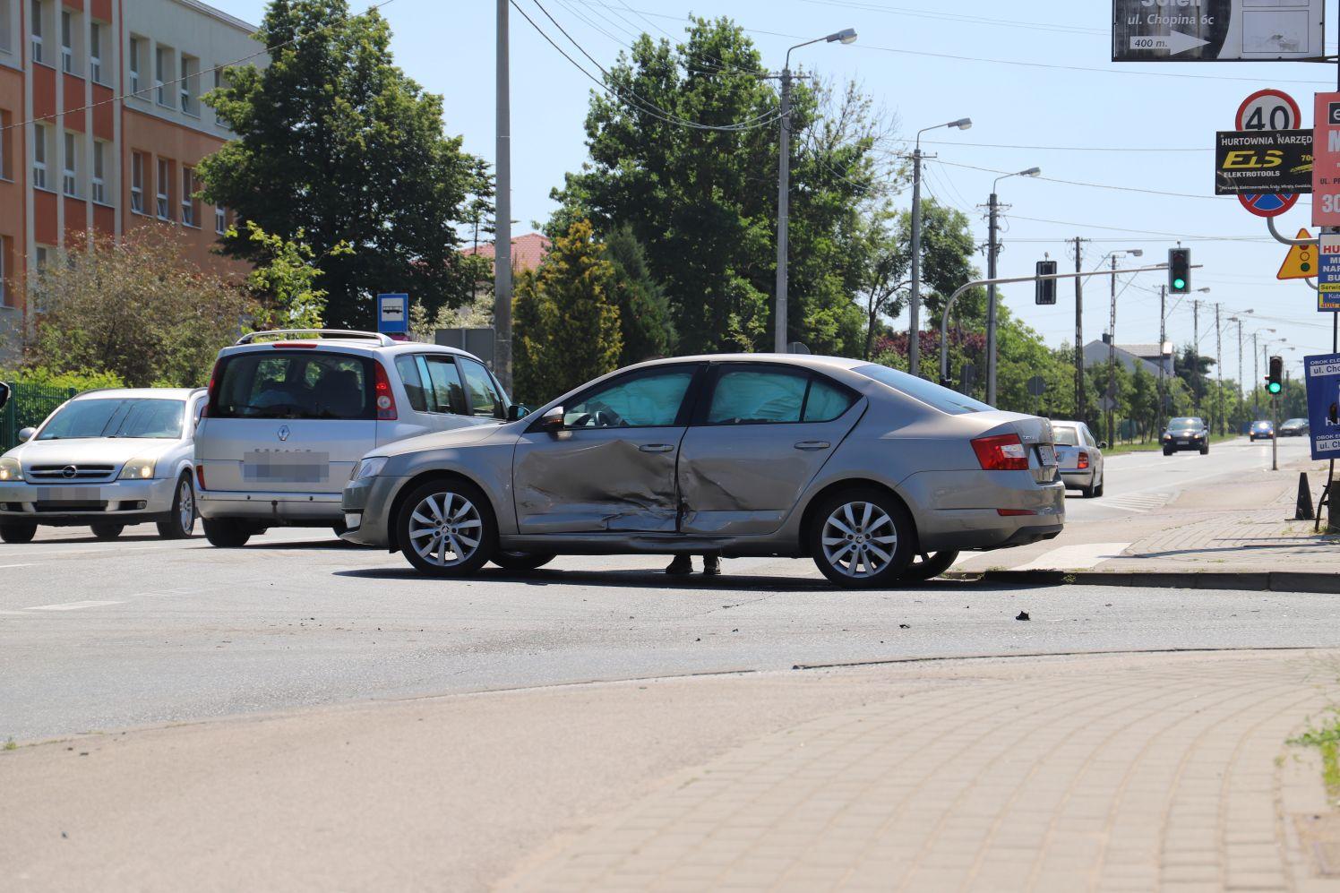 Kutno: Kraksa na skrzyżowaniu. Kierowcy muszą liczyć się z utrudnieniami [ZDJĘCIA] - Zdjęcie główne