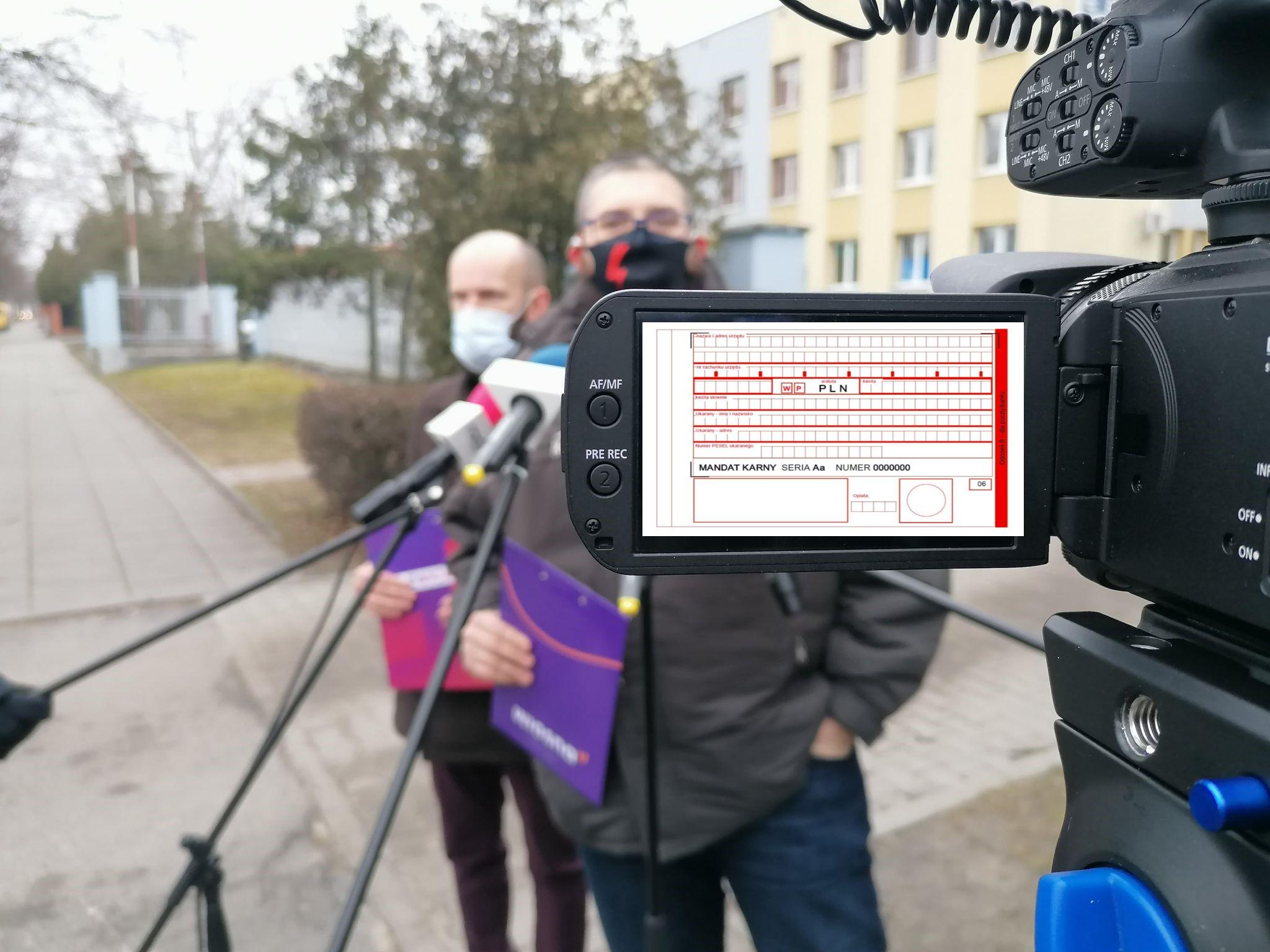 """Maseczki, strajki, mandaty i umorzenia. Wiemy, ile postępowań """"covidowych"""" prowadzi kutnowska policja - Zdjęcie główne"""
