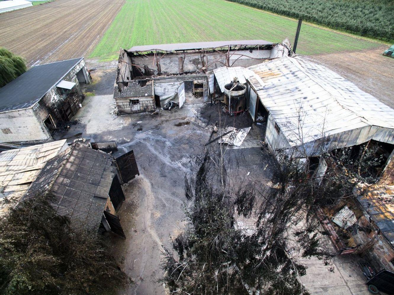 """Gigantyczny pożar na wsi, spłonęła część gospodarstwa. """"Ta tragedia nami wstrząsnęła"""" [ZDJĘCIA] - Zdjęcie główne"""