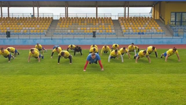 [ZDJĘCIA] Piłkarze pompują w szczytnym celu. KS Kutno włącza się do #GaszynChallenge - Zdjęcie główne