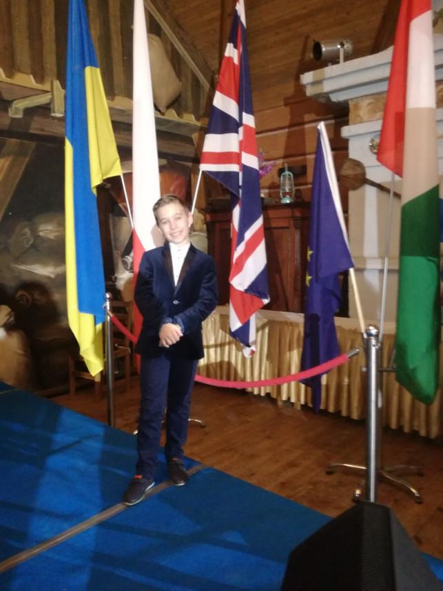 """[WIDEO] Pierwsze miejsce Antoniego Marca w ogólnopolskim przeglądzie piosenki """"Nutka Poliglotka""""    - Zdjęcie główne"""