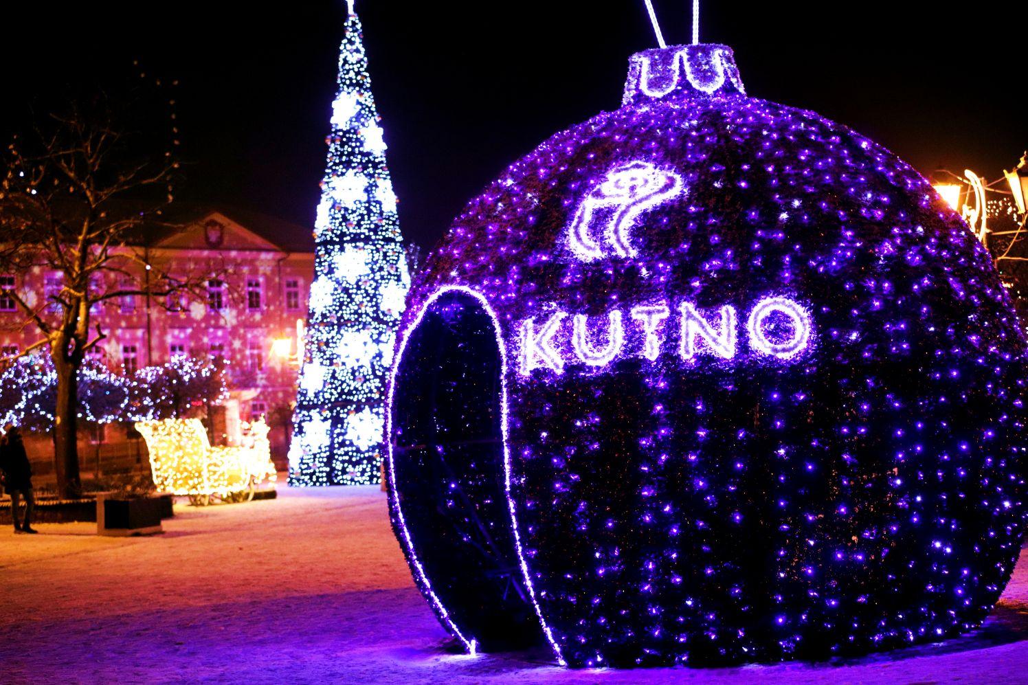 [FOTO] Centrum Kutna pod śniegiem. Iluminacje świąteczne zachwycają! - Zdjęcie główne