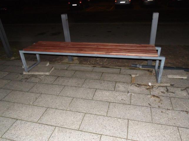 Szał pod dworcem: Wyrywał ławki, awanturował się i obrażał SOK-istów - Zdjęcie główne