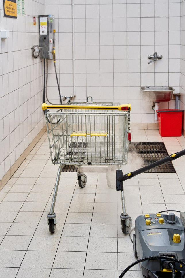 Biedronka walczy z koronawirusem! Zobaczcie, jak myją wózki i koszyki - Zdjęcie główne