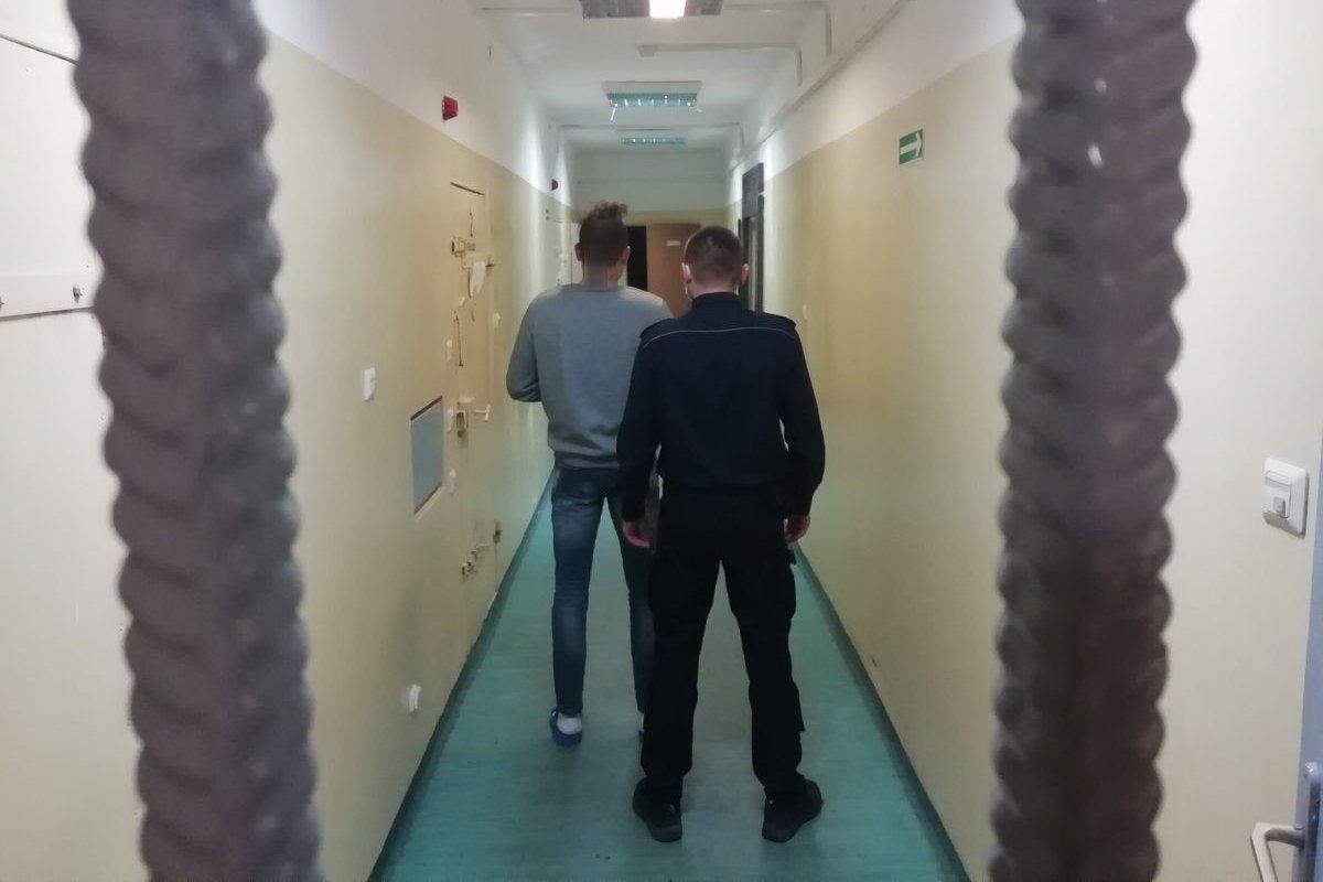 [FOTO] 41-latek w rękach policjantów. Grozi mu pięć lat więzienia - Zdjęcie główne