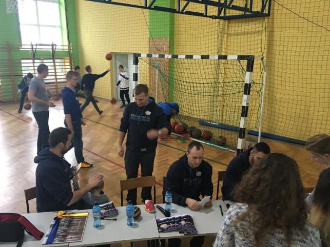 Koszykarze Polfarmexu  spotkali się z młodzieżą ze szkoły podstawowej w Strzelcach  - Zdjęcie główne