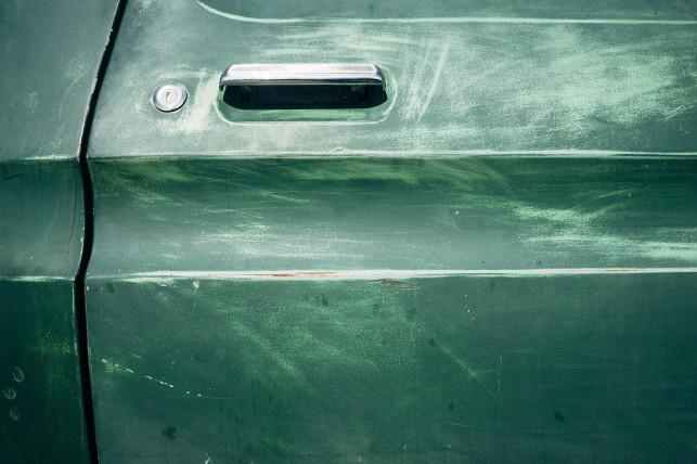 Uszkodzone drzwi auta – 3 porady, co dalej robić - Zdjęcie główne