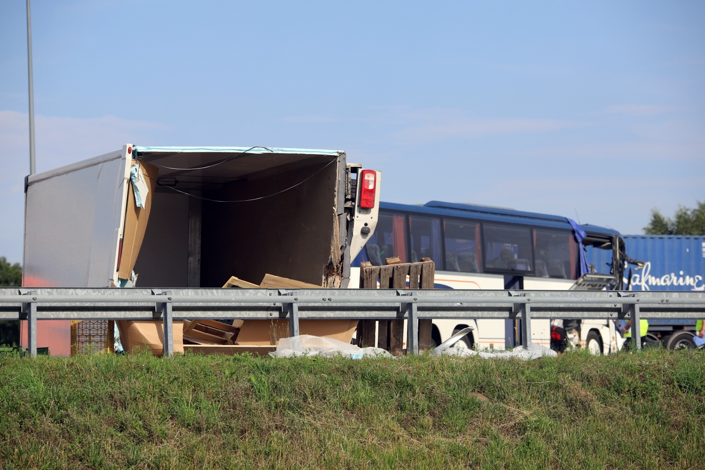 [ZDJĘCIA] Wypadek z udziałem autokaru na A1! Ranne dzieci, lądował śmigłowiec pogotowia - Zdjęcie główne