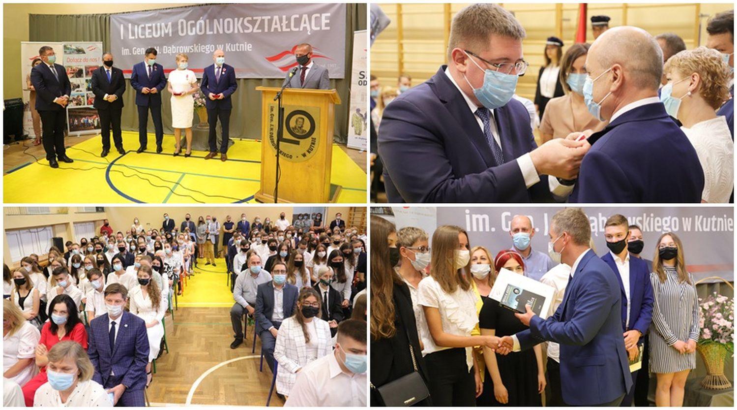 Wiceminister Rzymkowski wręcza nauczycielom najwyższe odznaczenia, dyrekcja docenia uczniów. Święto w kutnowskim liceum [ZDJĘCIA] - Zdjęcie główne