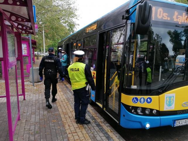 [ZDJĘCIA] Policjanci i strażnicy miejscy kontrolują autobusy. Sprawdzają, czy... - Zdjęcie główne