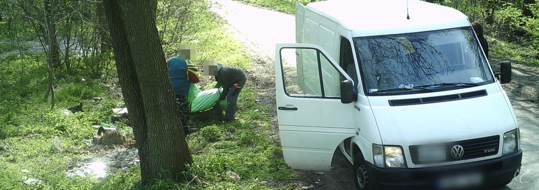Wyrzucił śmieci i odjechał. Kutnowska straż miejska zatrzymała go dzięki fotopułapce - Zdjęcie główne