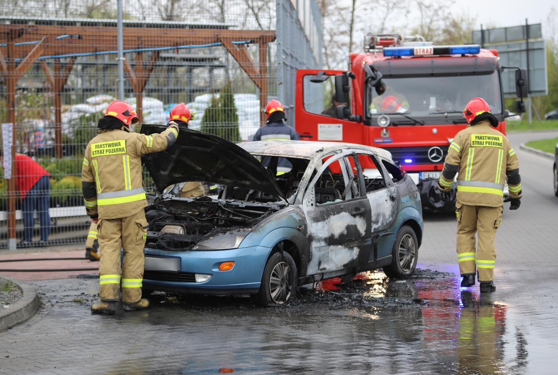 """[ZDJĘCIA] Pod marketem spłonęło auto. """"Właściciel chciał ratować je do ostatniej chwili"""" - Zdjęcie główne"""
