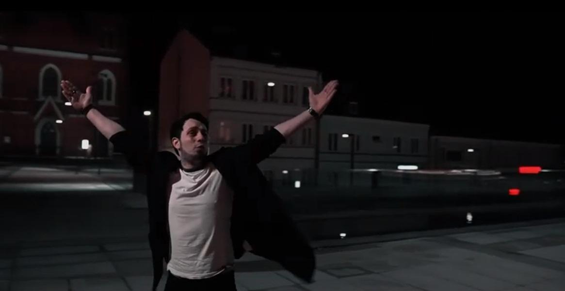 """[WIDEO/ZDJĘCIA] Nagrał teledysk na Placu Wolności. """"Nie zgadzam się na hejt, który spadł na Kutno"""" - Zdjęcie główne"""
