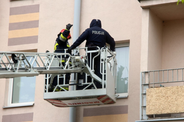 Policjant uratował staruszkę. Wybił okno i… - Zdjęcie główne