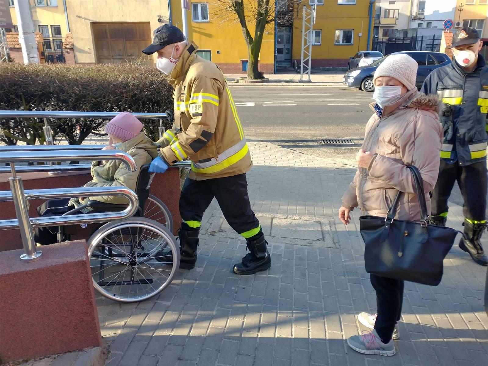 [ZDJĘCIA] Strażacy z powiatu kutnowskiego pomagają seniorom dotrzeć na szczepienia - Zdjęcie główne