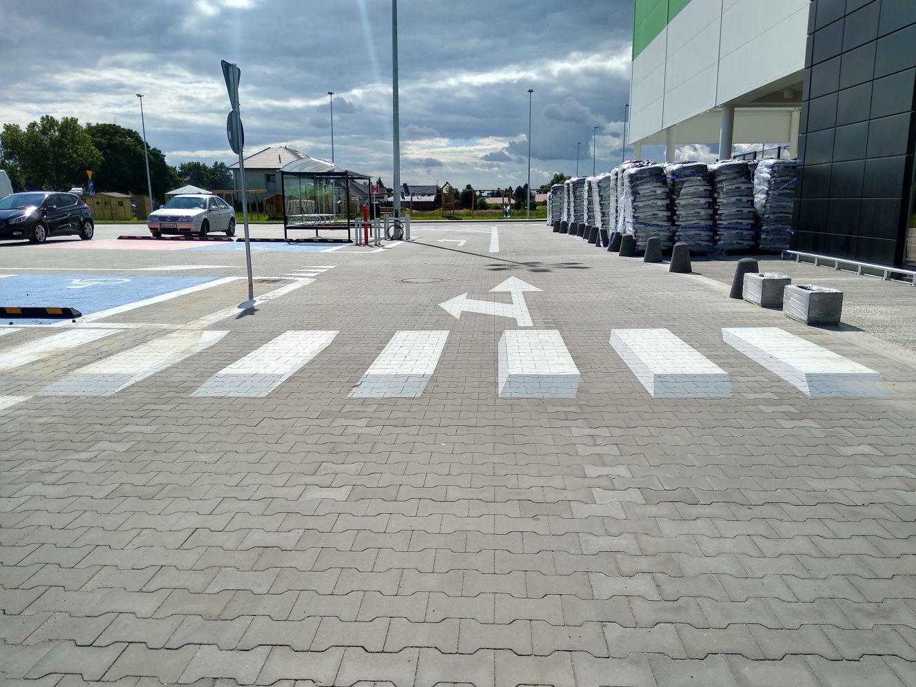 Niecodzienny widok przy kutnowskim sklepie. Namalowali… trójwymiarowe przejście dla pieszych [ZDJĘCIA] - Zdjęcie główne