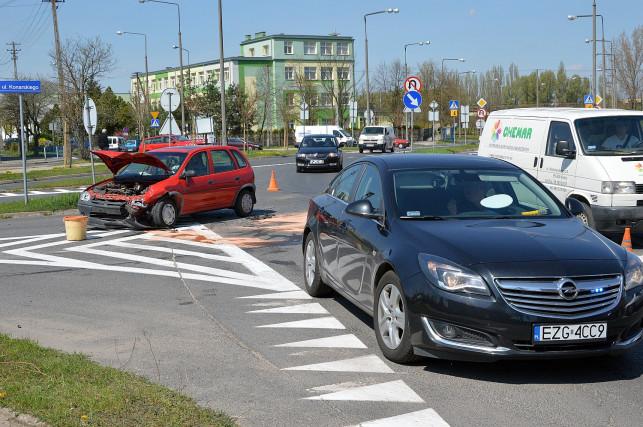 Kolizja na Łakoszyńskiej. Zderzyły się dwie osobówki - Zdjęcie główne
