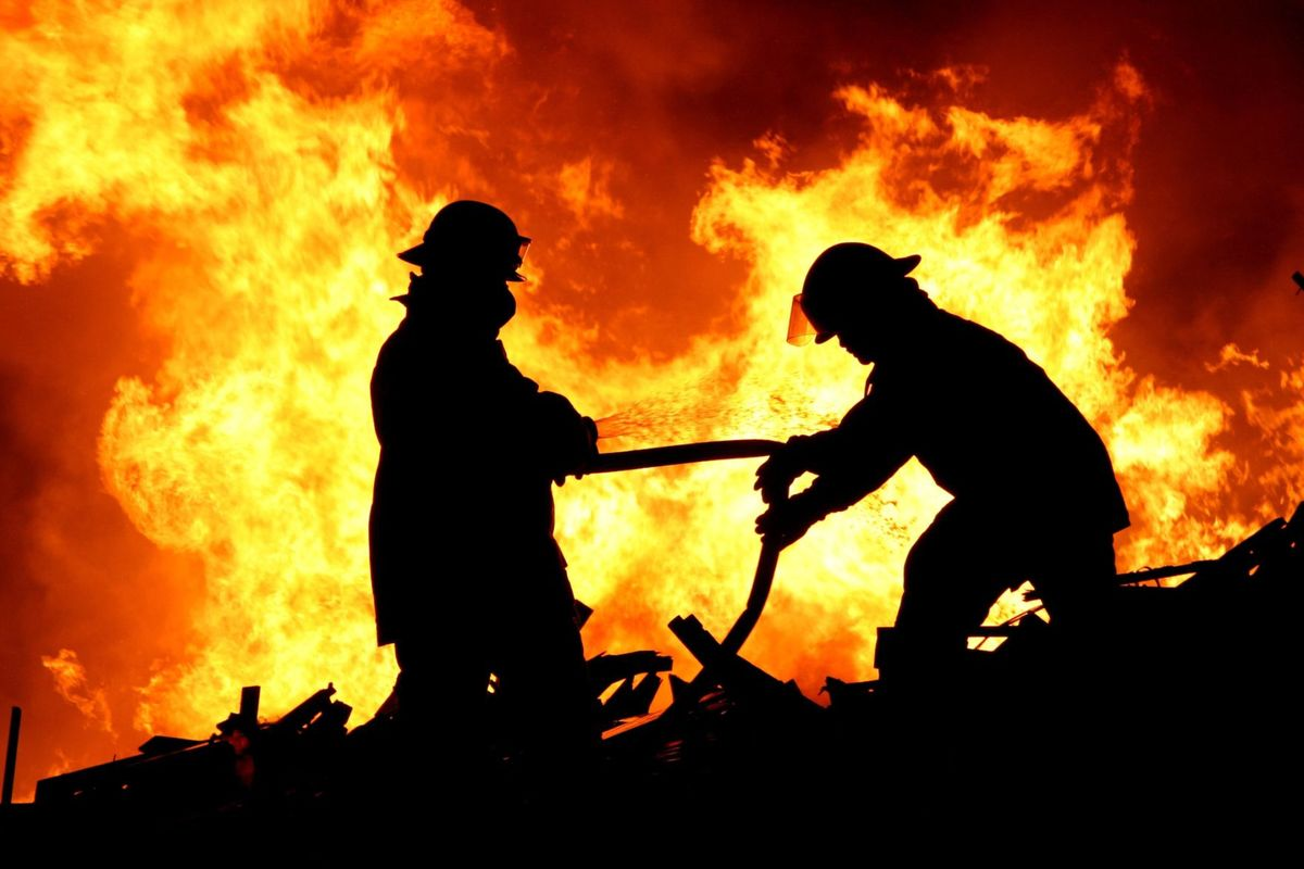Nocny pożar w powiecie. Z ogniem walczy kilkudziesięciu strażaków - Zdjęcie główne
