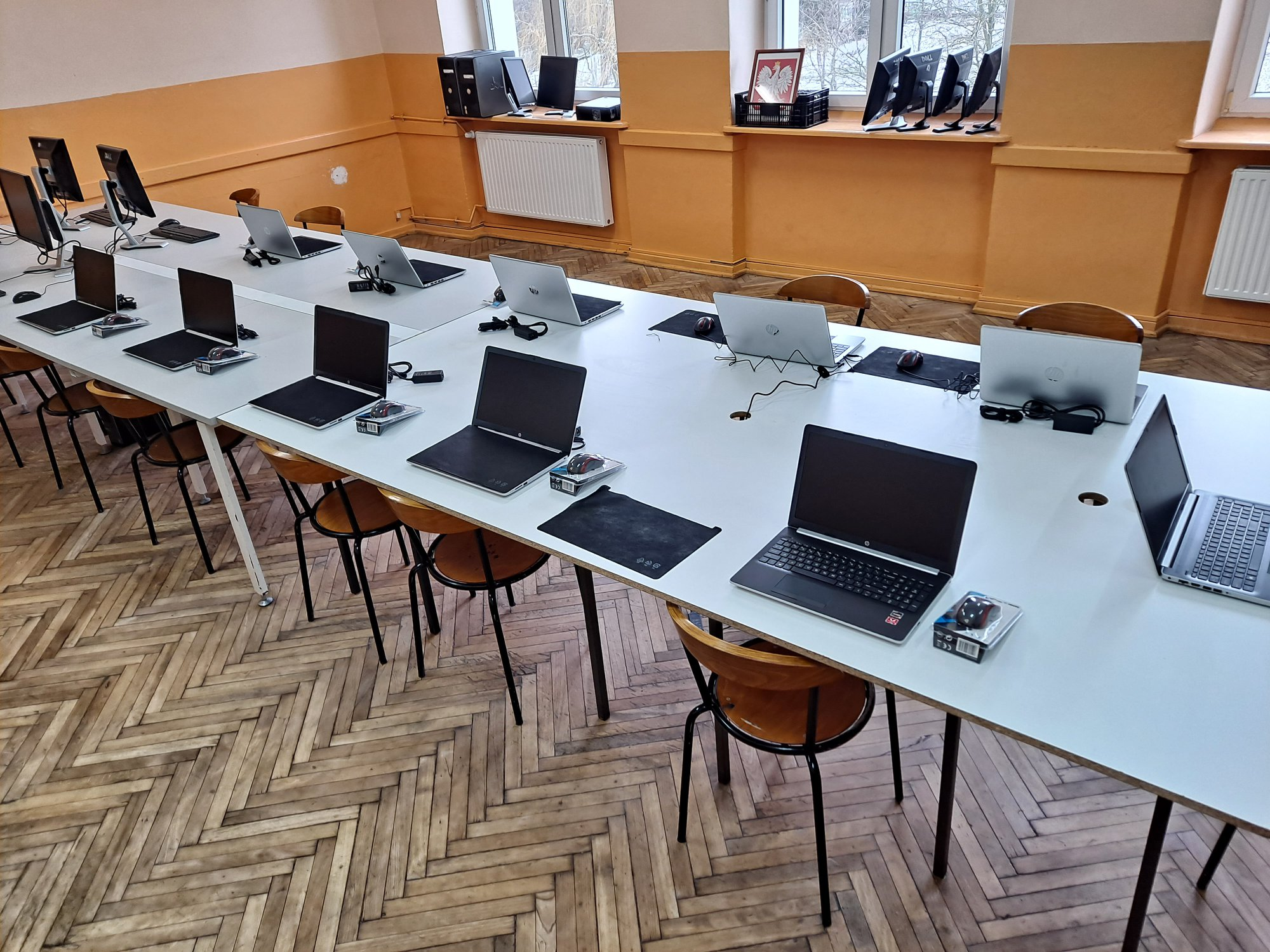 [ZDJĘCIA] Ponad 300 tys. zł na sprzęt dla uczniów i nauczycieli. Zobacz, co zakupiły władze powiatu - Zdjęcie główne