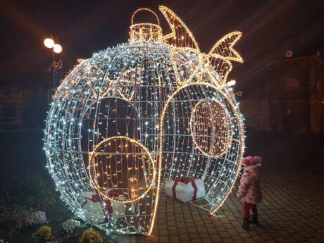 [ZDJĘCIA] W Żychlinie też czuć już magię świąt! Pojawiły się bożonarodzeniowe iluminacje - Zdjęcie główne