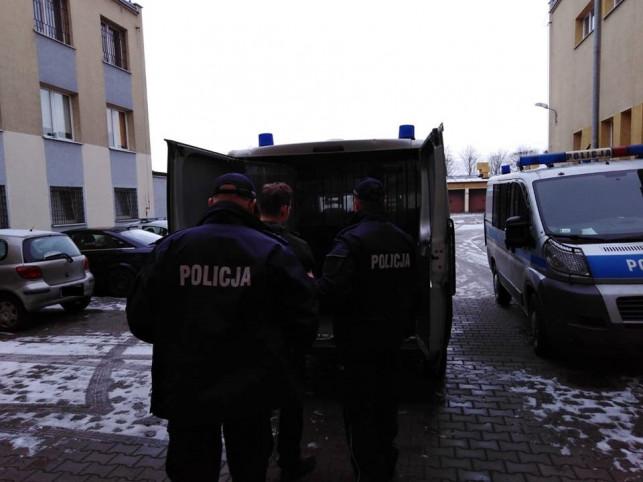 """[WIDEO/ZDJĘCIA] Zaatakował policjanta paralizatorem, usłyszał zarzuty. """"Ustalamy, czy produkował materiały wybuchowe"""" - Zdjęcie główne"""