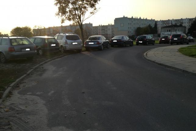 Koniec z dzikim parkowaniem pod szkołą - Zdjęcie główne