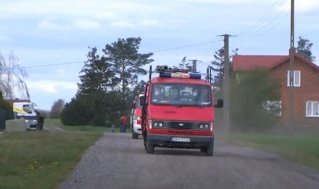 [ZDJĘCIA/WIDEO] Ksiądz błogosławił z wozu strażackiego. Jeździł 5 godzin po parafii - Zdjęcie główne