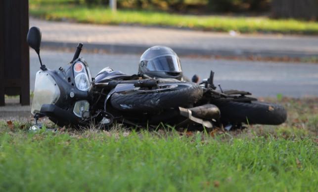 [ZDJĘCIA] Samochód zderzył się z motocyklem. Auto zatrzymało się na słupie - Zdjęcie główne