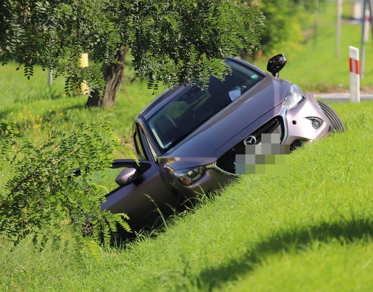 Kutno: kraksa z udziałem ciężarówki. Samochód osobowy wpadł do rowu [ZDJĘCIA] - Zdjęcie główne