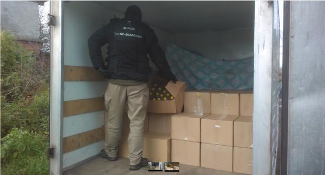 Udane działania celników z Kutna. Zabezpieczone nielegalne papierosy i alkohol - Zdjęcie główne