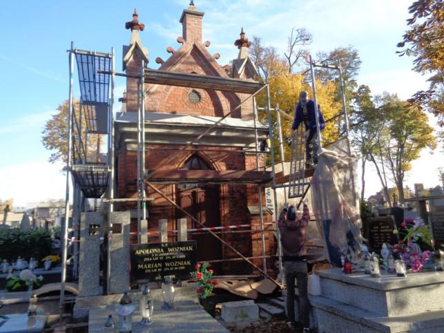 [FOTO] Zakończono prace na kutnowskim cmentarzu. Zabytkowa kaplica nabrała nowego blasku - Zdjęcie główne
